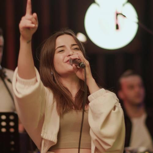 Berna Karagözoğlu Yeni Ada Sahilleri Şarkısını İndir