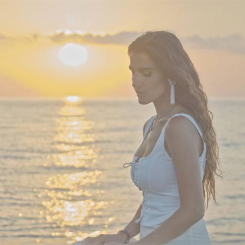 Yaprak Çamlıca Yeni Gökyüzümün Mavisi (Akustik) Şarkısını İndir